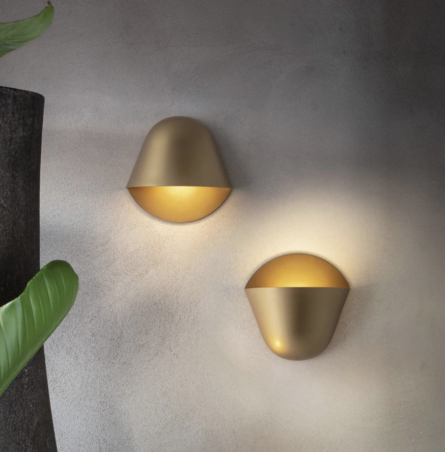 Enoki, designed for Penta, is a wall sconce characterised by two simple and harmonious elements: a protruding semidome mounted on a plane that recalls the object's shadow.