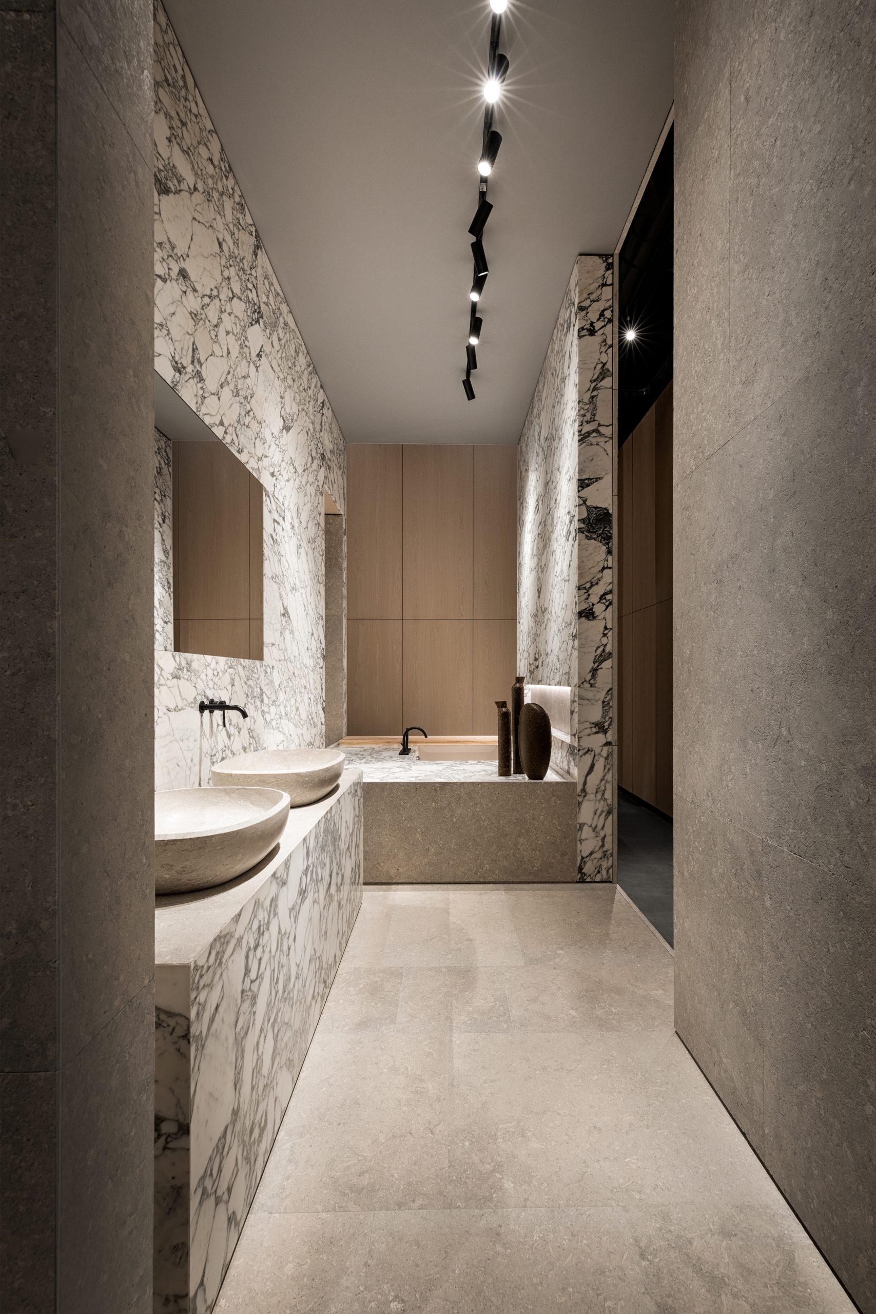 Arabescato marble Bathroom detail in the Showroom Interior Design by Debiasi Sandri for Grassi Pietre